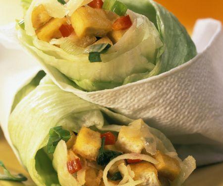 Scharf gefüllte Salatrollen