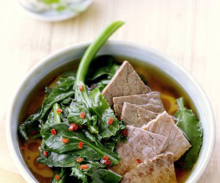 Scharfe asiatische Rindfleischsuppe