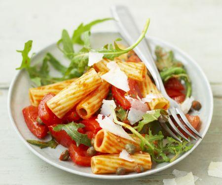 Scharfer Pastasalat mit Tomate, Kapern und Rucola
