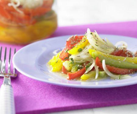 Schichtsalat mit Paprika und Sesam