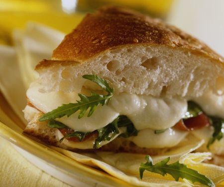 Schinken-Sandwich mit Käse und Rucola