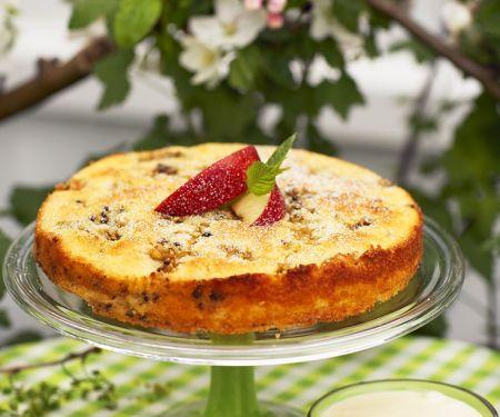 Schneller Apfelkuchen mit Sahne und Pistazien