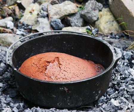 Schokokuchen über dem Feuer gebacken