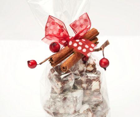 Schokoladenwürfel mit Kirschen und Nüssen