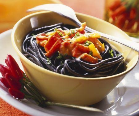 Schwarze Pasta mit feuriger Sauce