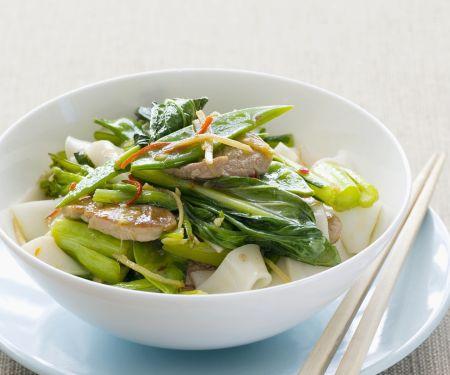 Schweinefleisch mit asiatischem Blütenkohl und Reisnudeln