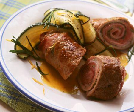 Schweineröllchen mit Schinken und Zucchini