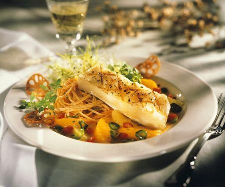 Seebarsch mit Nudeln in Orangensauce