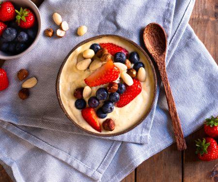 Smoothie Bowl mit Mango, Nüssen und griechischem Joghurt