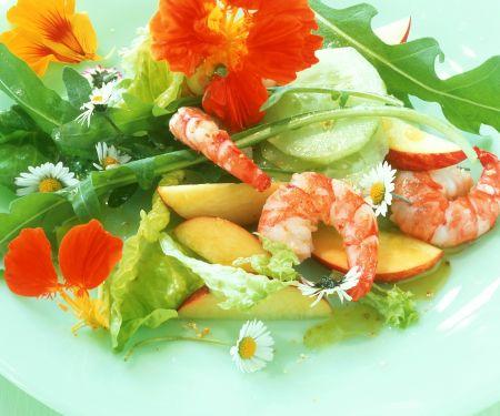 Sommersalat mit Äpfeln, Shrimps und essbaren Blüten
