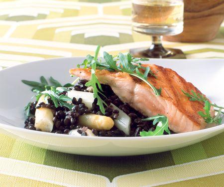 Spargel-Linsen-Salat mit gebratenem Lachs