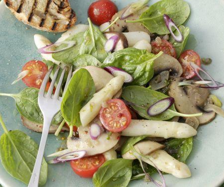 Spargelsalat mit Spinatblättern