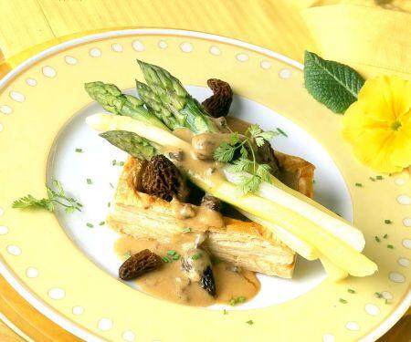 Spargelstanden mit Morcheln und Blätterteigkissen
