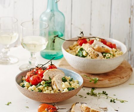 Spinat-Pasta mit Thymian-Hähnchen und Tomaten