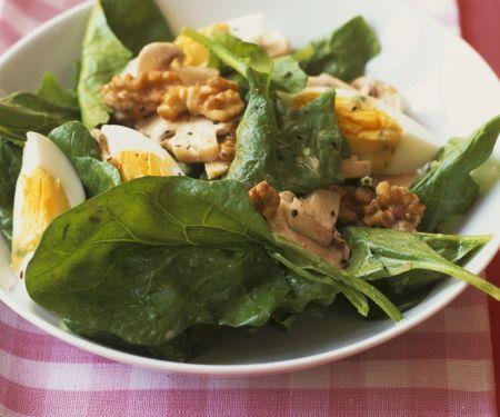 Spinatsalat mit hartem Ei und Walnusskernen