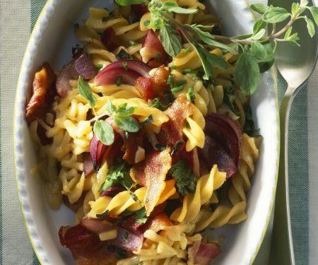Spirelli mit Speck, Käse und roten Zwiebeln