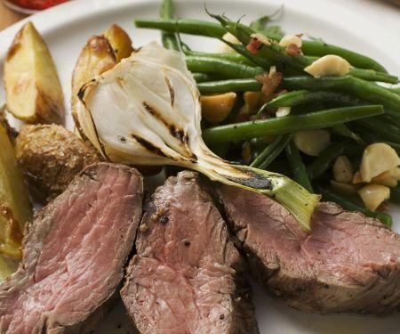 Steak mit Bratkartoffeln, Lauchzwiebeln und Bohnen mit Speck