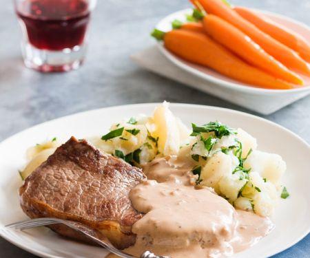 Steak mit Sahnesauce und Gemüse