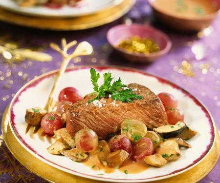 Steak vom Strauß mit Weintrauben und Pilzen