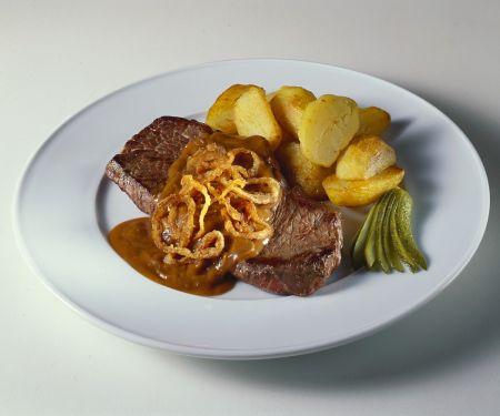 Steaks mit Zwiebelsauce und Röstkartoffeln