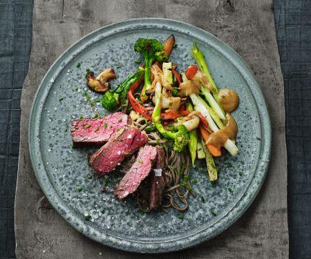 Strip-Steak mit Ramen-Nudeln und Gemüse