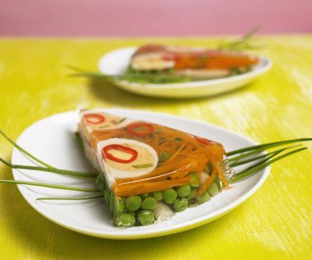 Sülze mit Ei und Gemüse
