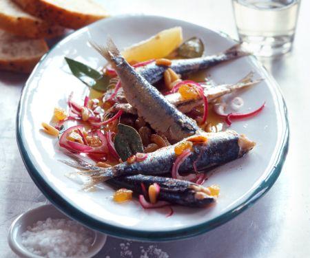 Süß-sauer marinierte Sardinen mit roten Zwiebeln