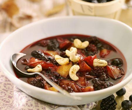 Süße Beerensuppe mit Cashews