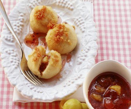 Süße Knödel mit Mirabellen-Beeren-Marmelade