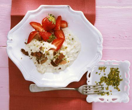 Süßer Milchreis auf italienische Art mit Erdbeeren und Pistazien