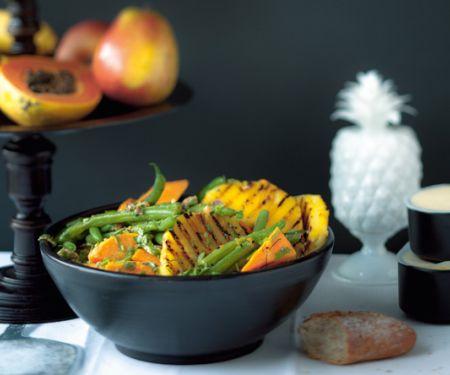 Süßkartoffel-Bohnen-Salat mit gegrillter Ananas