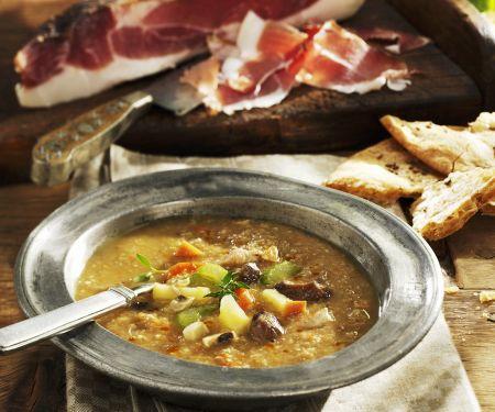 Suppe aus Kastanien, Gemüse und Schinkenspeck
