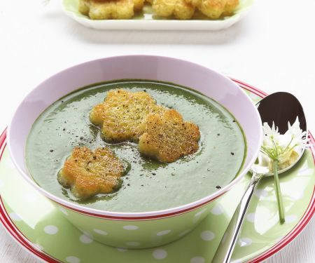 Suppe aus Kräutern mit Croutons