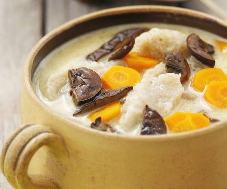 Suppe mit Möhren, getrockneten Pilzen und Kartoffelnudeln