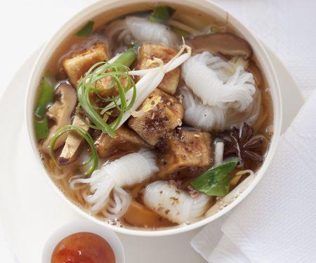 Suppe mit Reisnudeln und Schmor-Tofu