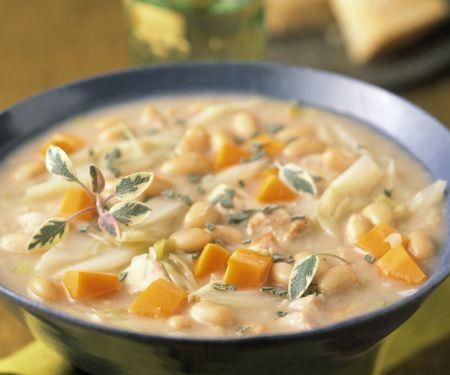 Suppe mit weißen Bohnen und Karotten