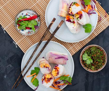 Sushi-Sommerrollen mit Gemüse-Ananas-Füllung und Koriander-Dip