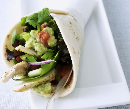 Taco mit Hähnchenbrust und Gemüse gefüllt