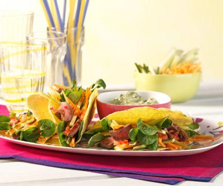 Tacos gefüllt mit Gemüsesalat und Rindersteakstreifen