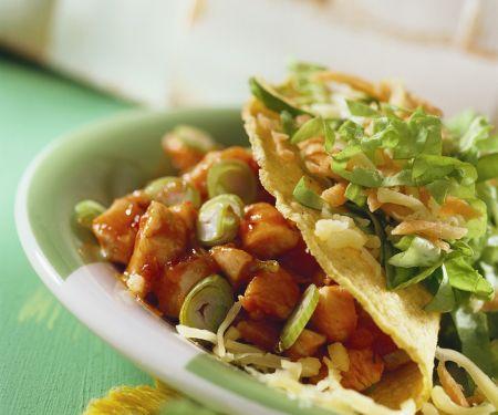 Tacos mit Chili-Hähnchen gefüllt