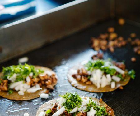 Tacos mit Schweinefleisch und Salsa