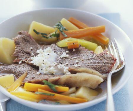 Tellerfleisch mit Gemüse, Kartoffeln und Meerrettichsoße
