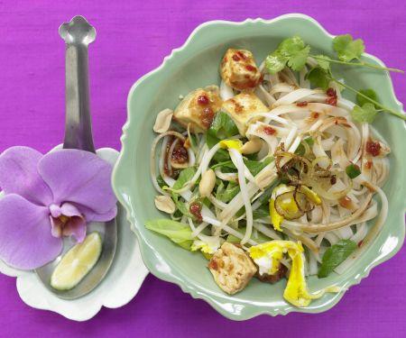 Thailändische Reisnudelpfanne mit Tofu und Chilisauce