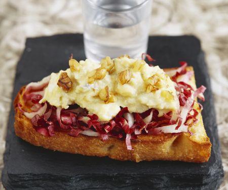 Toast mit Blauschimmelkäse, Radicchio und Zwiebeln