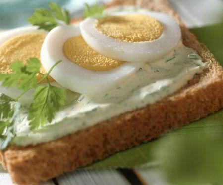 Toast mit Kerbelcreme und Ei
