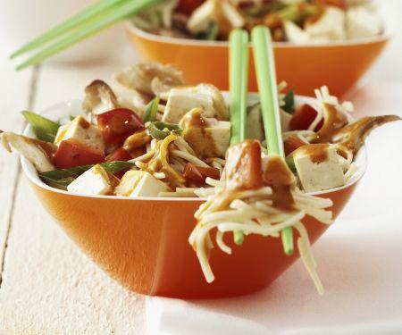 Tofu-Nudeln mit Gemüse und scharfer Soße