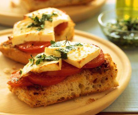 Tomaten-Crostini mit Käse