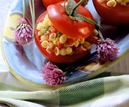 Tomaten mit Nudel-Schinken-Salat