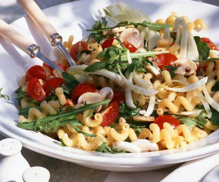 Tomaten-Nudel-Salat mit Rucola und Pilzen
