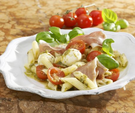 Tomaten-Nudelsalat mit Mozzarella, Rohschinken und Pesto